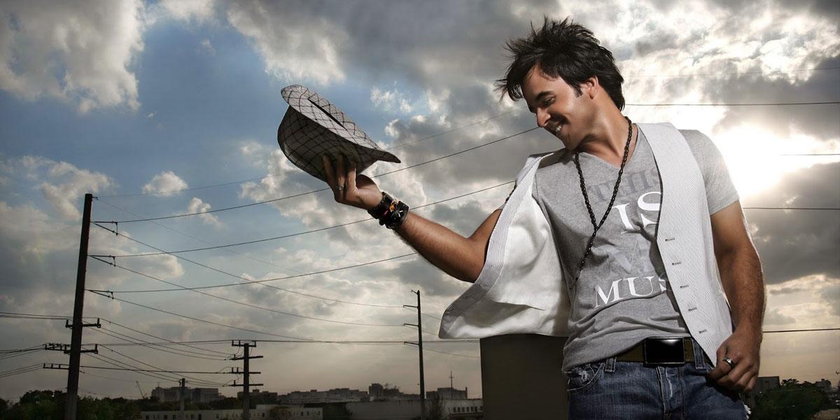 """Luis Fonsi, la voz del pop, se reinventa en su nuevo disco titulado """"8"""""""